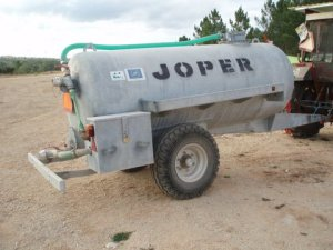 Tanque cisterna para dos depósitos amovíveis